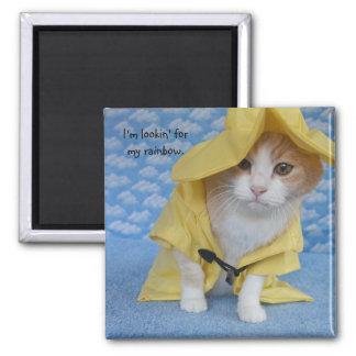 Chat/Kitty dans l'imperméable jaune de polissoir Aimant