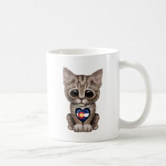 Chat mignon de chaton avec le coeur de drapeau du mug