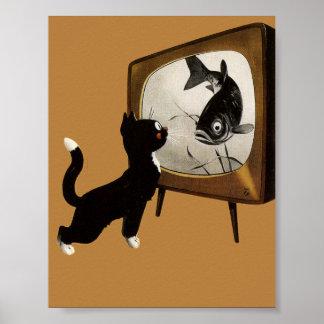 Chat mignon observant le poster vintage de TV