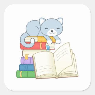 Chat mignon sur la pile de livres sticker carré