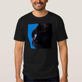 Chat noir avec le ~ de ciel bleu t-shirt