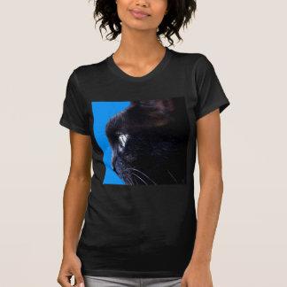 Chat noir avec le ~ de ciel bleu t-shirts
