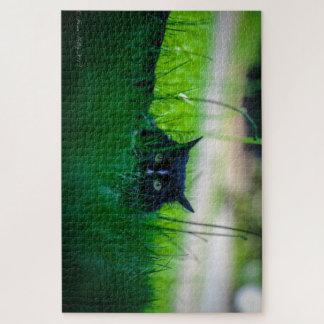 Chat noir avec le puzzle de yeux verts