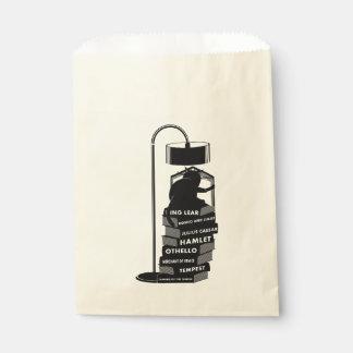 Chat noir et blanc lisant des jeux de Shakespeare Sachets En Papier