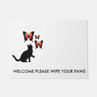 Chat noir et tapis de porte de papillons