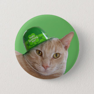Chat orange mignon utilisant un casquette badge