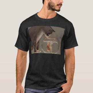 Chat regardant la cuvette de poisson rouge t-shirt