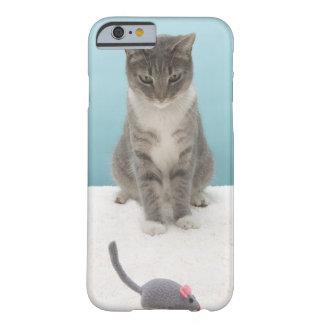 Chat regardant la souris de jouet sur la coque iPhone 6 barely there