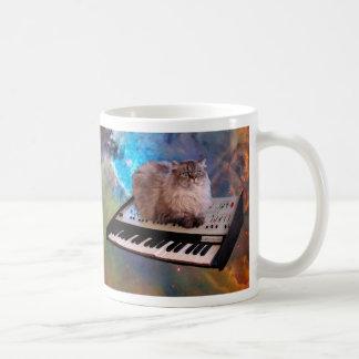 Chat sur un clavier dans l'espace mug