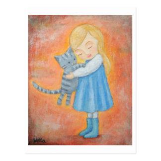 Chat tigré gris et carte postale blonde d'étreinte