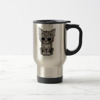 Chat tigré gris mignon triste de chaton mug de voyage