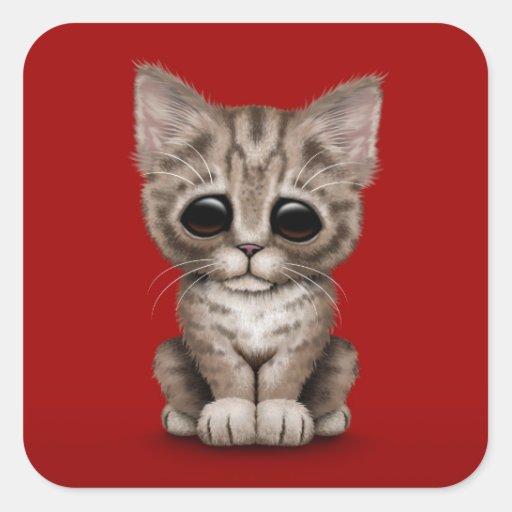 Chat tigré mignon triste de chaton de Brown sur le Stickers Carrés