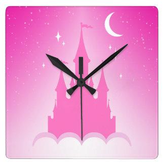 Château rêveur rose dans le ciel étoilé de lune de horloge carrée