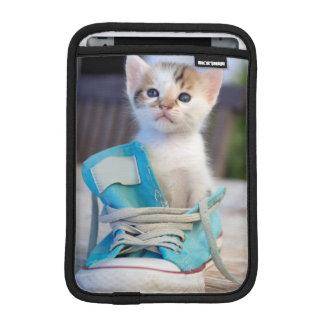 Chaton dans la chaussure bleue housse iPad mini