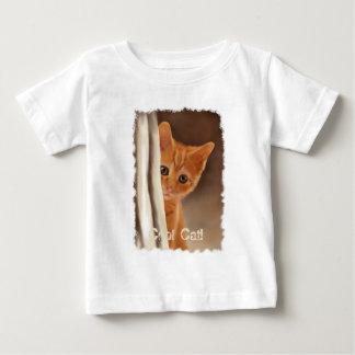 Chaton de gingembre et T-shirt pelucheux de rideau
