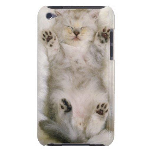 Chaton dormant sur un tapis pelucheux blanc, haut étui barely there iPod