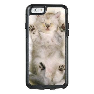 Chaton dormant sur un tapis pelucheux blanc, haut coque OtterBox iPhone 6/6s
