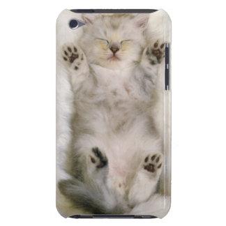 Chaton dormant sur un tapis pelucheux blanc, haut étui iPod touch