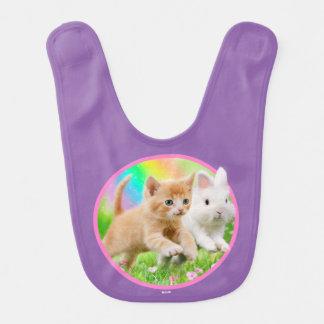 Chaton et lapin avec l'arc-en-ciel bavoirs pour bébé