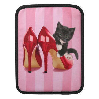 Chaton noir et blanc dans la chaussure rouge housses iPad