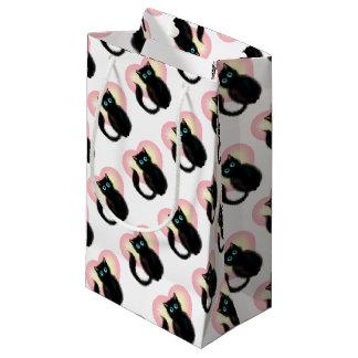 Chaton pelucheux noir petit sac cadeau