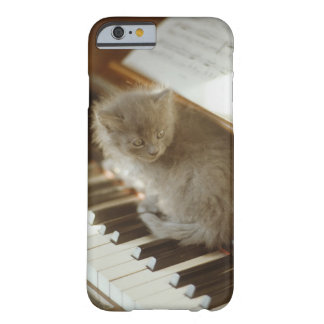 Chaton se reposant sur le clavier de piano, plan coque iPhone 6 barely there