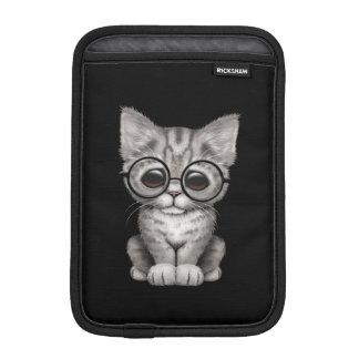 Chaton tigré gris mignon avec des verres d'oeil, housse iPad mini
