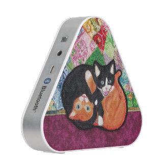 Chatons jouant sur le haut-parleur d'édredon haut-parleur bluetooth