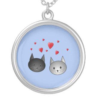 Chats noirs et gris mignons, avec des coeurs pendentif rond