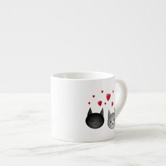 Chats noirs et gris mignons, avec des coeurs tasse expresso