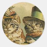 Chats victoriens vintages dans des chapeaux, adhésifs ronds