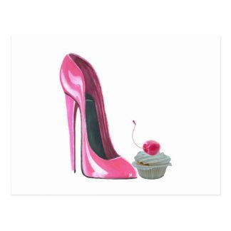 Chaussure et petit gâteau stylets roses carte postale