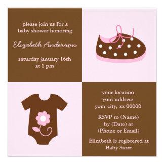 Chaussures de bébé et baby shower roses d'équipeme faire-part personnalisables
