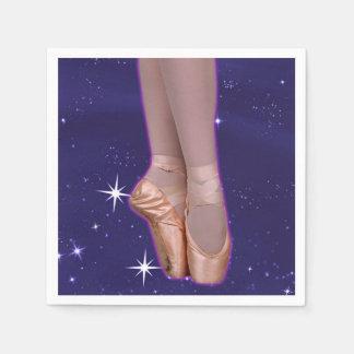 Chaussures de point de ballerine parmi les étoiles serviettes en papier
