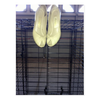 CHAUSSURES ET CAGE BLANCHES CARTE POSTALE