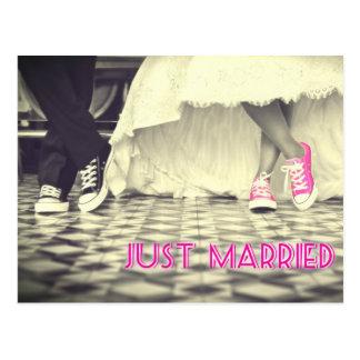 Chaussures roses mignonnes juste mariées carte postale