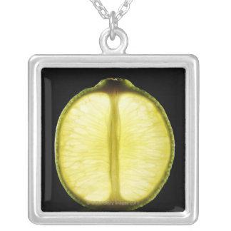 Chaux, fruit, arrière - plan noir pendentif carré