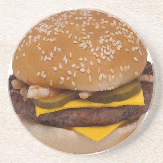 Cheeseburger sur le petit pain de la graine de dessous de verres