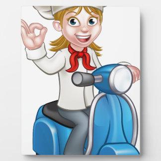 Chef de femelle de scooter de la livraison de plaque photo