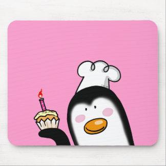 Chef de pingouin de petit gâteau d anniversaire tapis de souris