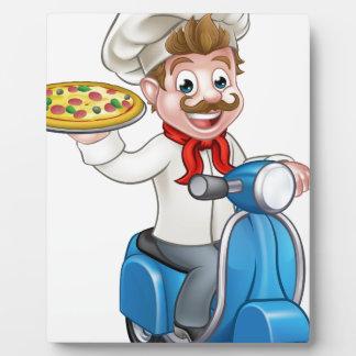Chef de pizza de bande dessinée sur le scooter de impressions sur plaque