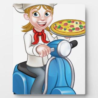 Chef de pizza de femme de bande dessinée sur le photos sur plaques