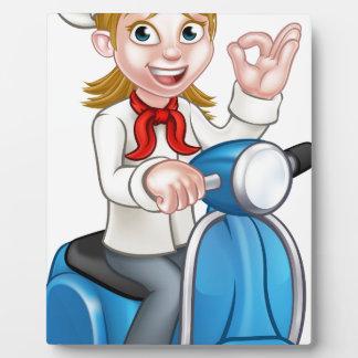 Chef de vélomoteur de la livraison de femme de plaque photo