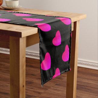 Chemin De Table Court Coeur rose lumineux sur le noir