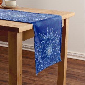 Chemin De Table Court fleur sur le bleu