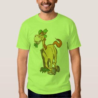 Cheval chanceux de bande dessinée sur t-shirt