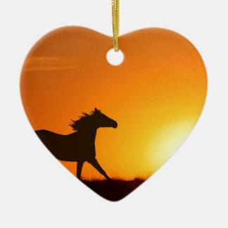 Cheval courant au coucher du soleil ornement cœur en céramique