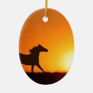 Cheval courant au coucher du soleil ornement ovale en céramique