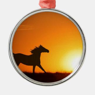 Cheval courant au coucher du soleil ornement rond argenté