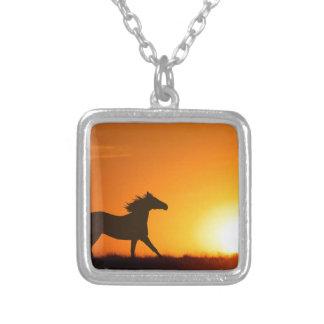 Cheval courant au coucher du soleil pendentif carré